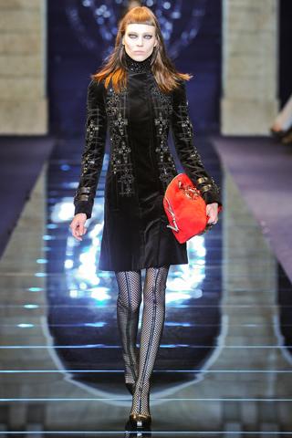בגד ארוך שחור עם שמלה קצרה