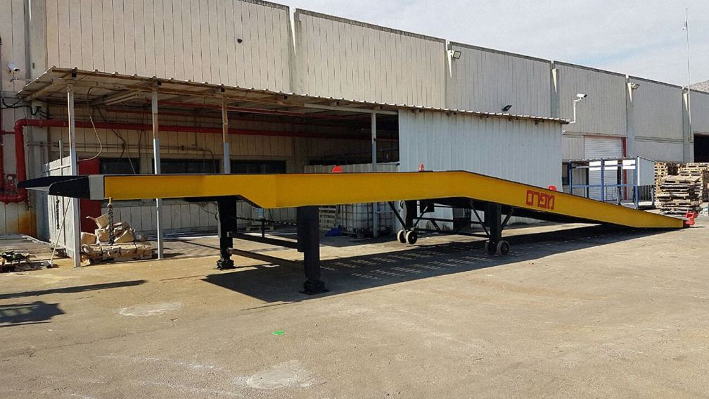 רמפה ניידת ללא מוביל בסמוך למפעל